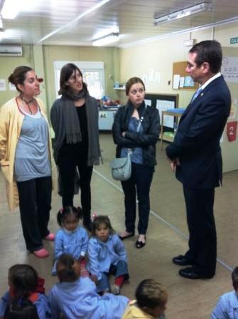 El Embajador preguntando a una de las Educadoras de la Guardería