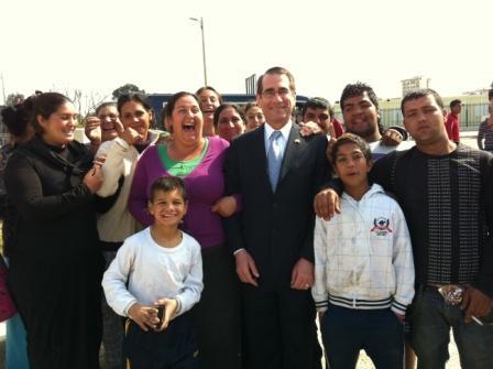 El embajador departiendo de manera distendida con los vecinos del asentamiento